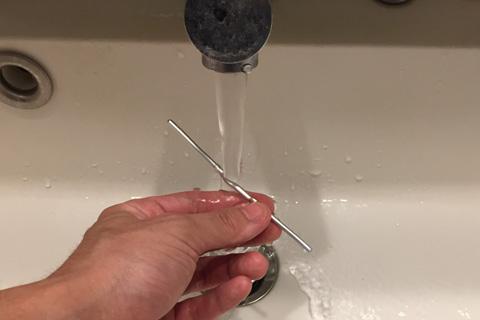 アルミワイヤーと手を洗う